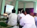 para peserta sedang khusyu mendengarkan